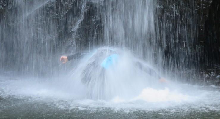滝修行。激しい水圧に立つのもやっとです。