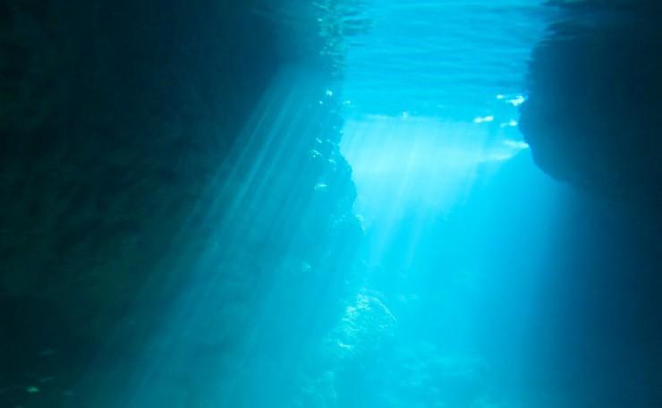 光ズバズバの青の洞窟