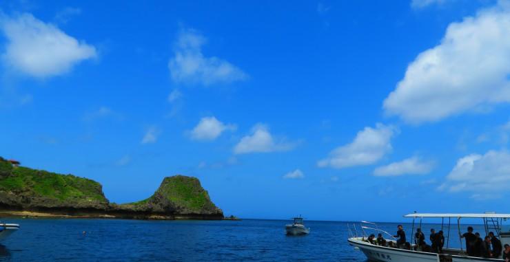 青く晴れた真栄田岬(青の洞窟へはこのポイントから行きますよ)