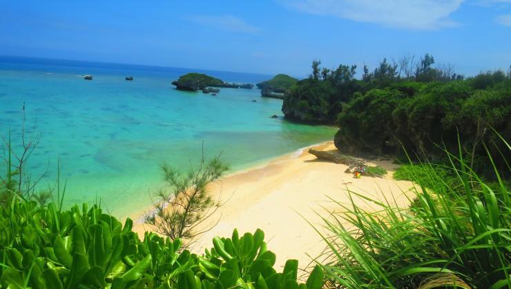 青い海、青い空、白い砂地。 これぞ沖縄!