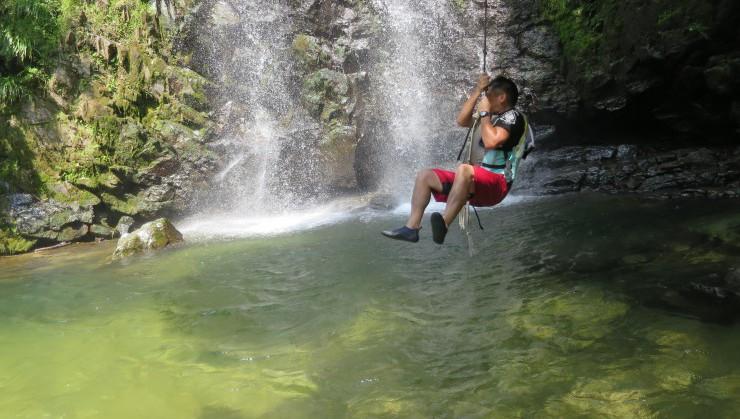 ターザンロープで滝つぼへジャンプ!(リバートレッキングツアーで行けますよ~!)