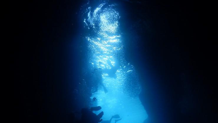 雨や曇りでも青の洞窟は幻想的な雰囲気