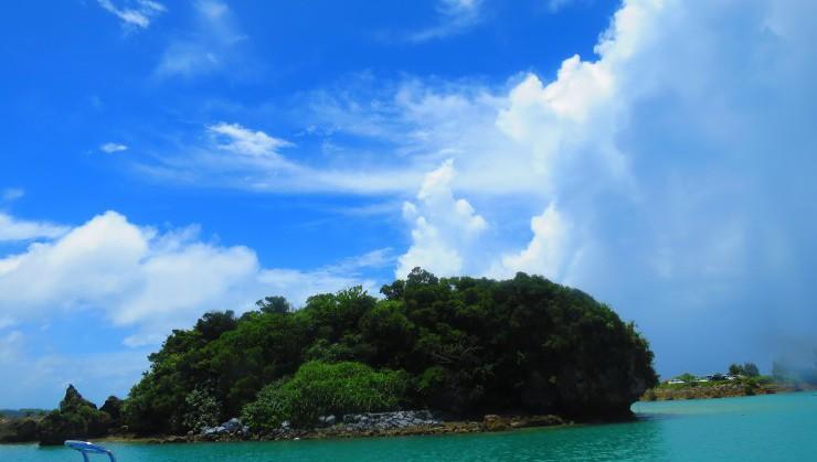 空の青とエメラルドの海にぽっかりと浮かぶ無人島。港からみえますよ