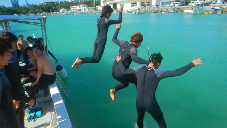 暑さに我慢できず港で大ジャンプ!