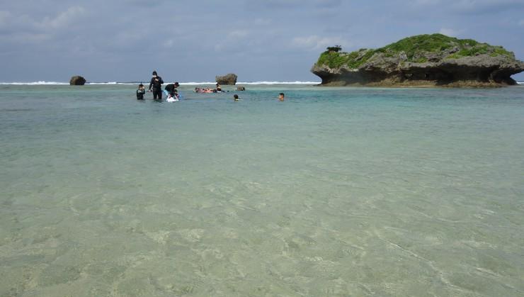 海は綺麗ですが外洋は荒れております!
