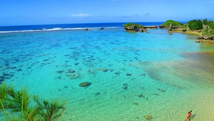 珊瑚礁の広がる真栄田岬裏手のビーチ