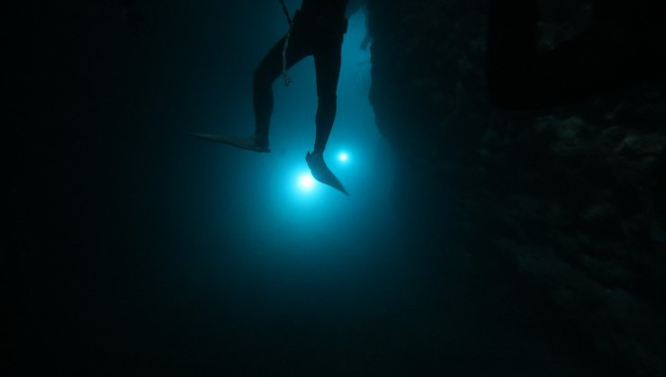 洞窟の中をライトアップ